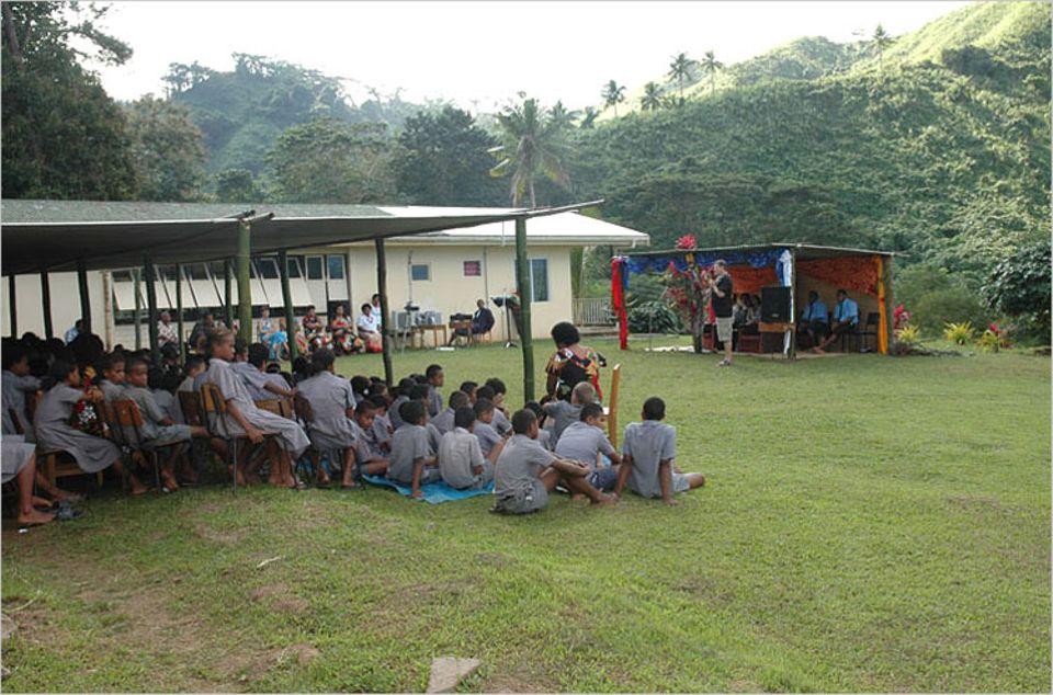 Die ganze Schule war für die Einweihungszeromonie versammelt. Rechts kann man gut den Unterstand sehen, der extra für den Ehrengast gebaut worden ist