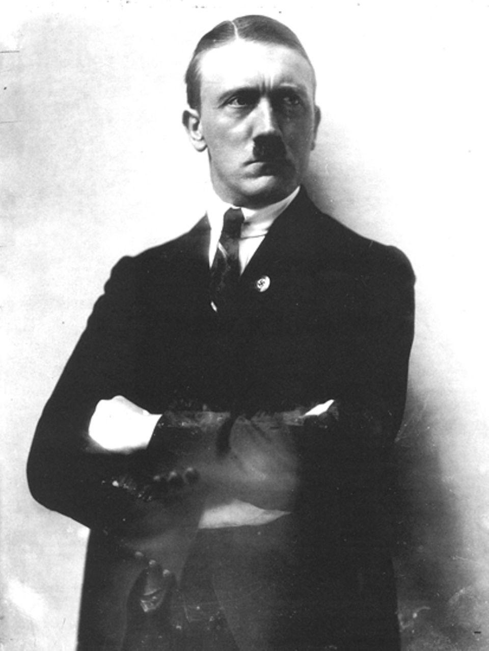 """Hitler-Fotograf Heinrich Hoffmann: 1921 - nur zwei Jahre nach seinem Parteieintritt - wird Adolf Hitler zum """"Führer"""" der NSDAP. Und er weiß um die Macht der Bilder. Bereits seit den frühen Zwanziger Jahren ist Heinrich Hoffmann sein """"Hoffotograf"""""""