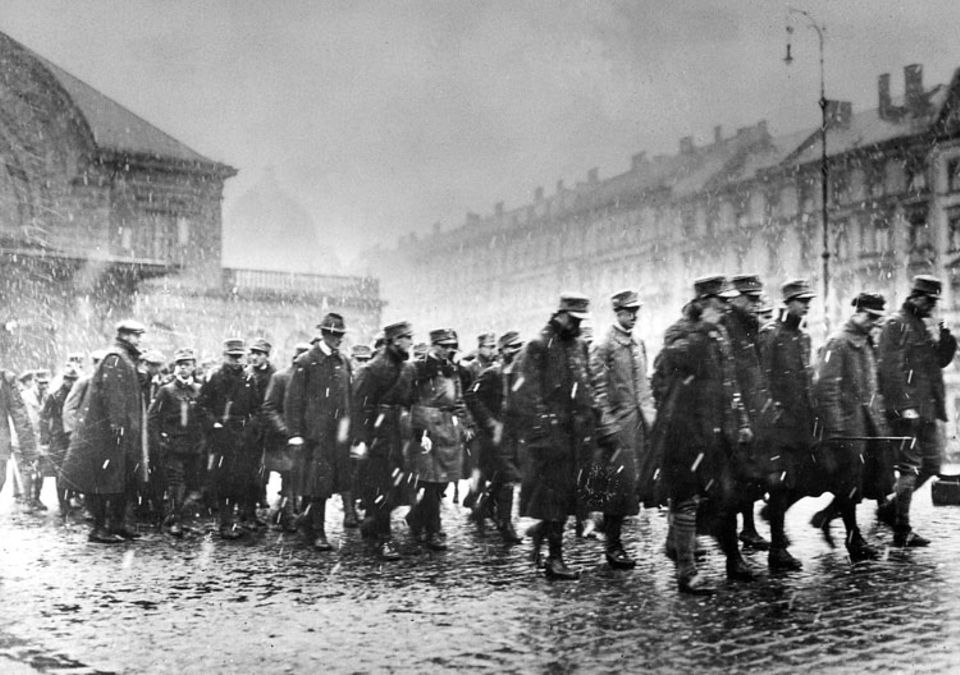 """Hitler-Fotograf Heinrich Hoffmann: Gegen Mittag des 9. November 1923 befiehlt Weltkriegsgeneral Erich Ludendorff, Hitlers prominentester Mitverschwörer, einen """"Marsch in die Stadt"""". Angeblich zeigt dieses Foto die Putschisten dabei, wie sie dem Befehl nachkommen"""