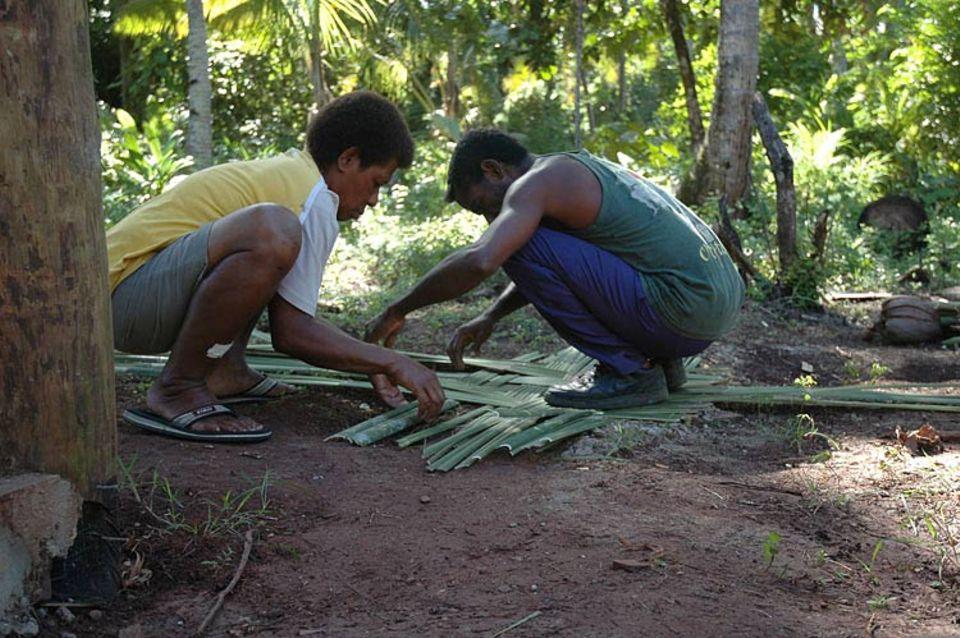 Zwei Fidschianer flechten unsere Wände aus Bambus