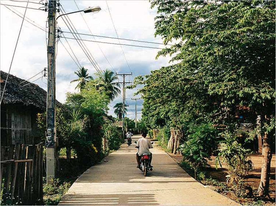 Moderne Zeiten: Betonstraße statt Schlammpiste im Dorf Pamelor