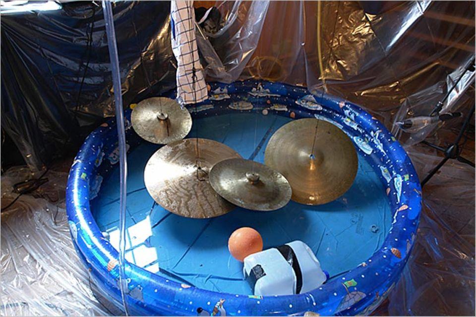 Musik: Auch mit und in einem Planschbecken kann man Musik machen! Hier die Klanginstallation des neunjährigen Gustav