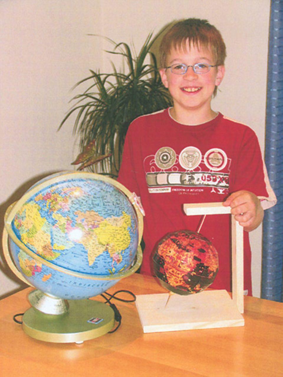 Basteltipp: Maximilian Witschel mit seinem Behaim-Globus