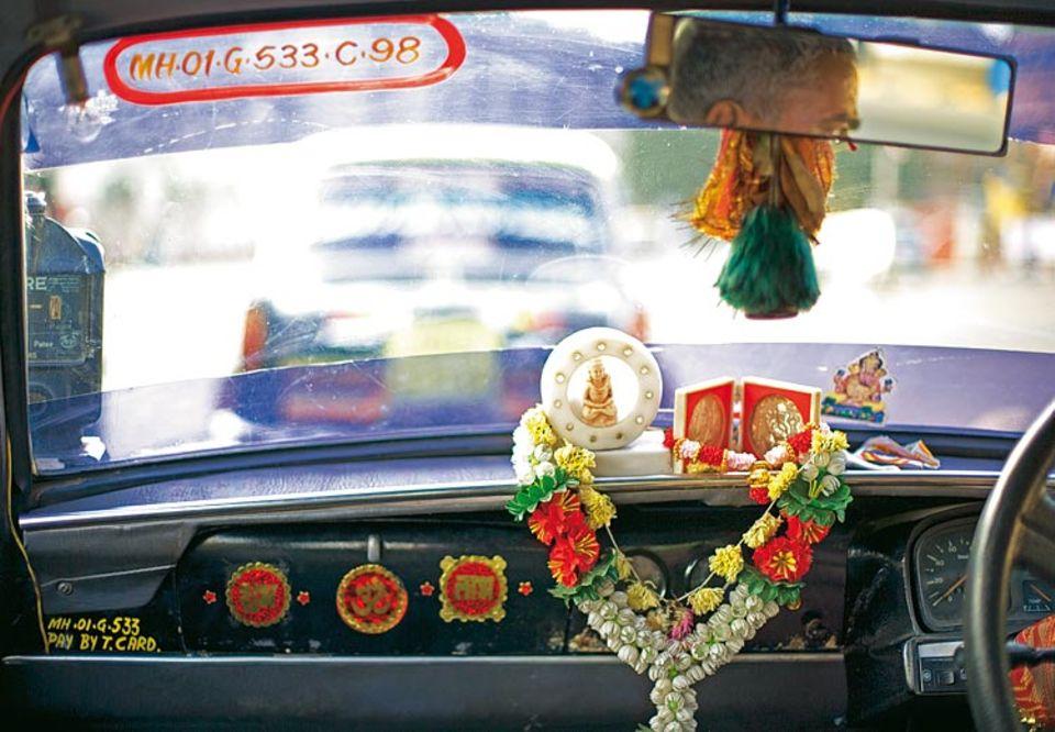 Im ersten Taxi, das Farin Urlaub in Mumbai bestieg, fotografierte er das liebevoll dekorierte Armaturenbrett