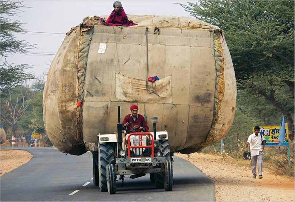 Statisch bedenkliche Transporte gehören in Indien zum Straßenbild