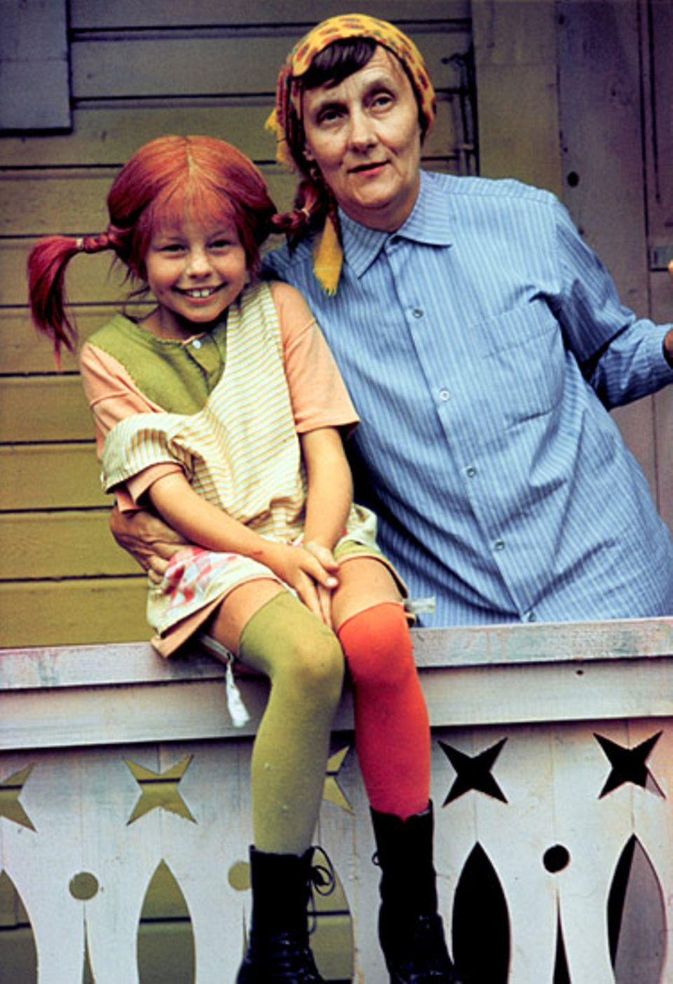 """Astrid Lindgren gibt ihrer """"Tochter"""" letzte Tipps. Inger Nilsson spielt zwischen 1968 und 1973 Pippi Langstrumpf im Film. Inger und Astrid werden Freunde und sehen sich oft. Sie reden über Gott und die Welt – aber angeblich nie über Pippi!"""