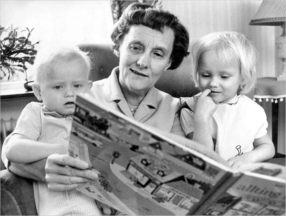 Hier liest Astrid Lindgren für ihre eigenen Enkelkinder Annika und Anders (1966)