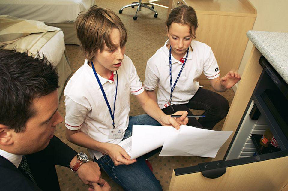 Empfangschef Oliver Kesseler, Josh und Anna kontrollieren die MINIBAR.