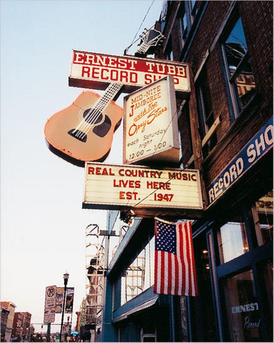 Der Ernest Tubb Record Shop ist eine Institution auf der Musikmeile der Stadt, die von Hochhäusern überragt wird
