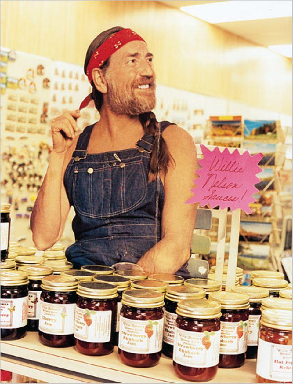 Im Laden seines Museums steht Country-Legende Willie Nelson als Pappkamerad - und preist seine Saucen und Marmeladen an