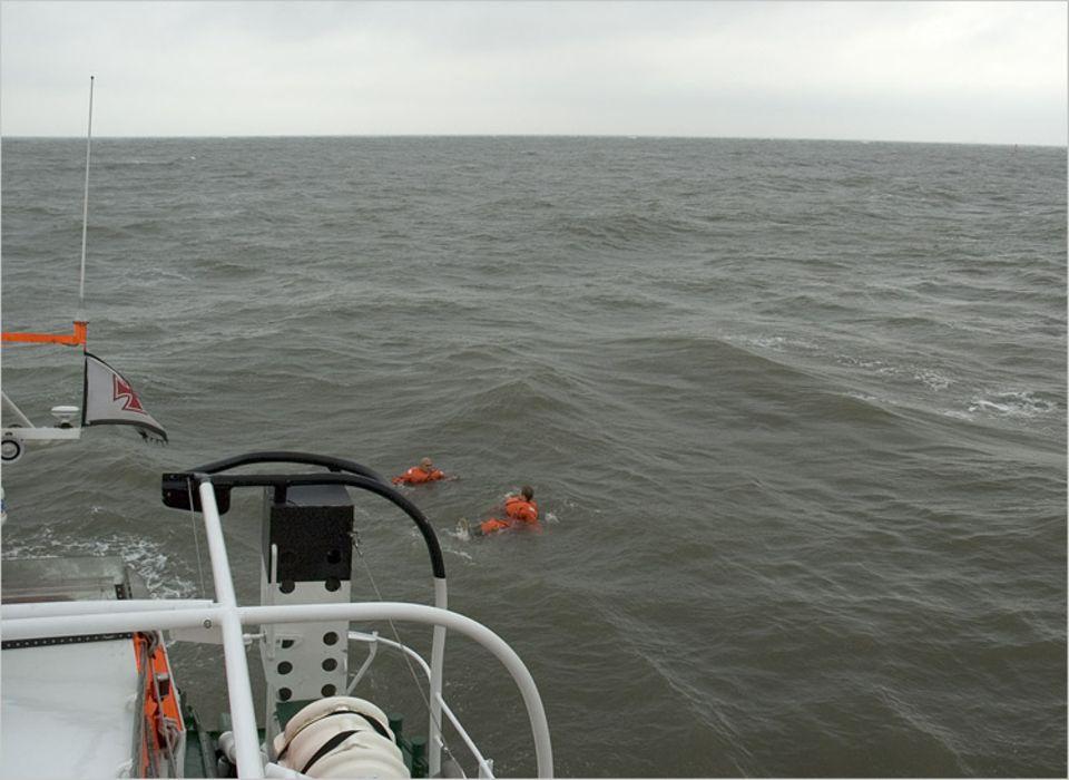 """Auf offener See: Wie abgesprochen, entfernt sich das Schiff von den """"Schiffbrüchigen"""". So soll Sina ein Gespür dafür bekommen, wie sich wohl der russische Seemann gefühlt haben mag"""