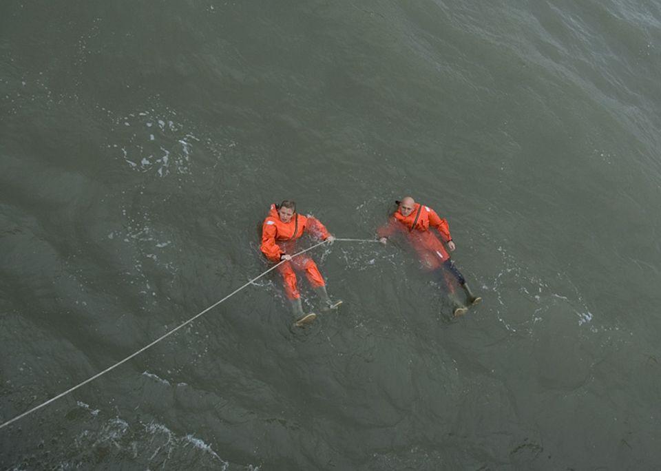 Die Rettung: Sina und Jochen halten sich an einer Rettungsleine fest, die ihnen Michael und Timo von Bord des Kreuzers zugeworfen hatten