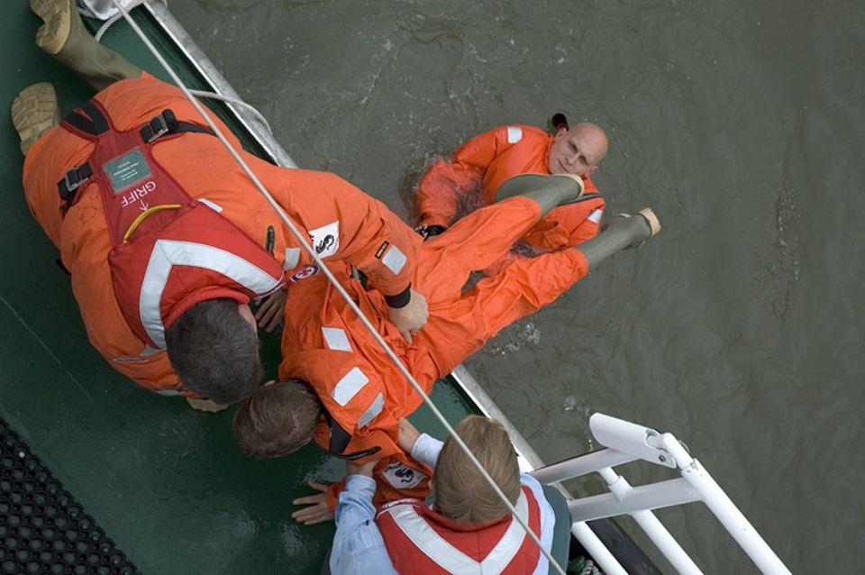 Starke Männer: Michael Ulrichs hat Sina am Rücken gepackt und zieht sie mit einem Ruck aus dem Wasser. Timo Stapelfeld hilft ihm dabei