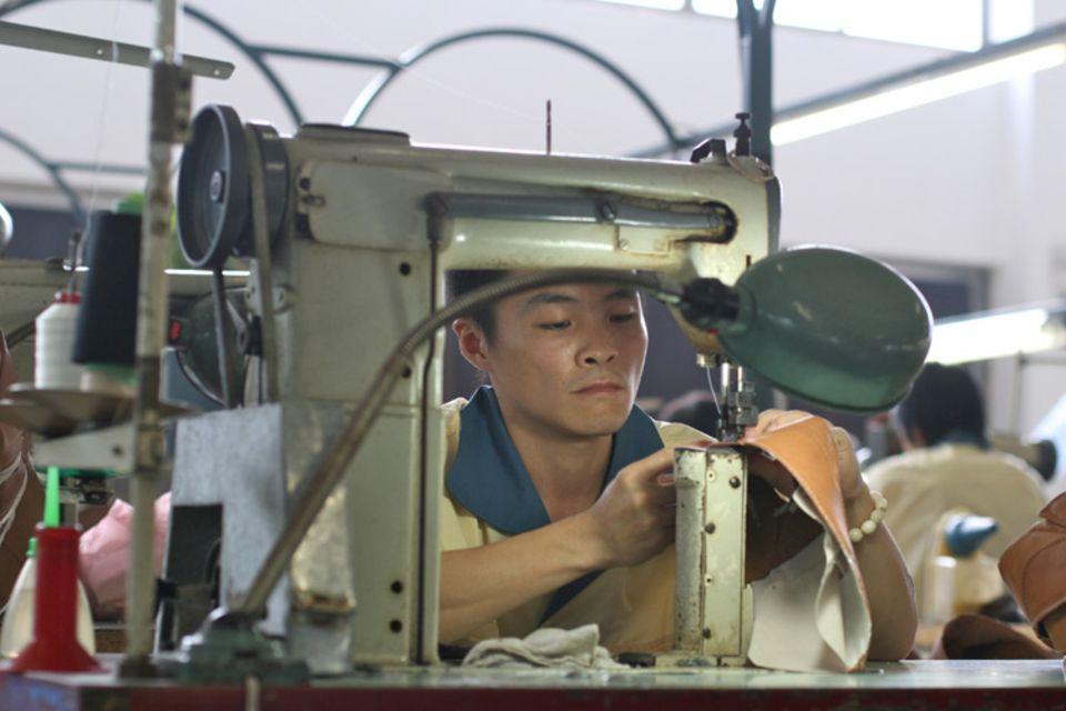 """Yi You Xu war bettelarm, als er vor mehr als 15 Jahren aus einem winzigen Bergdorf kam und als Arbeiter in der Schuhfabrik """"Hazan"""" anfing. Nun hat er eine eigene Wohnung und genug Auskommen für seine Familie – ein Aufsteiger"""