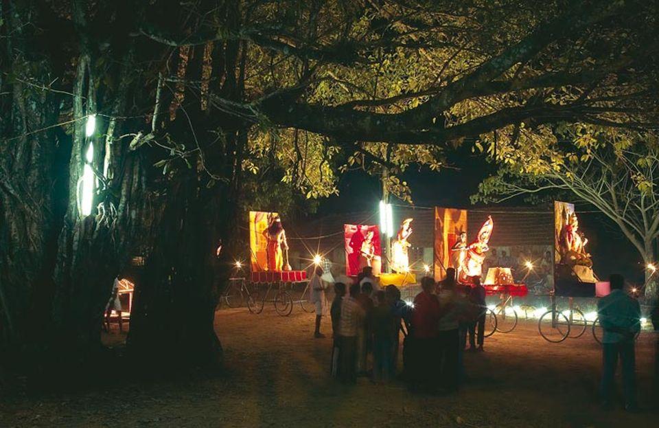 Das Nachbardorf feiert ein Fest: Gegen Mitternacht schieben die Bewohner Schreine ihrer Götter Richtung Tempel. Dort vertreibt ein Priester in einer jahrtausendealten Zeremonie das Böse