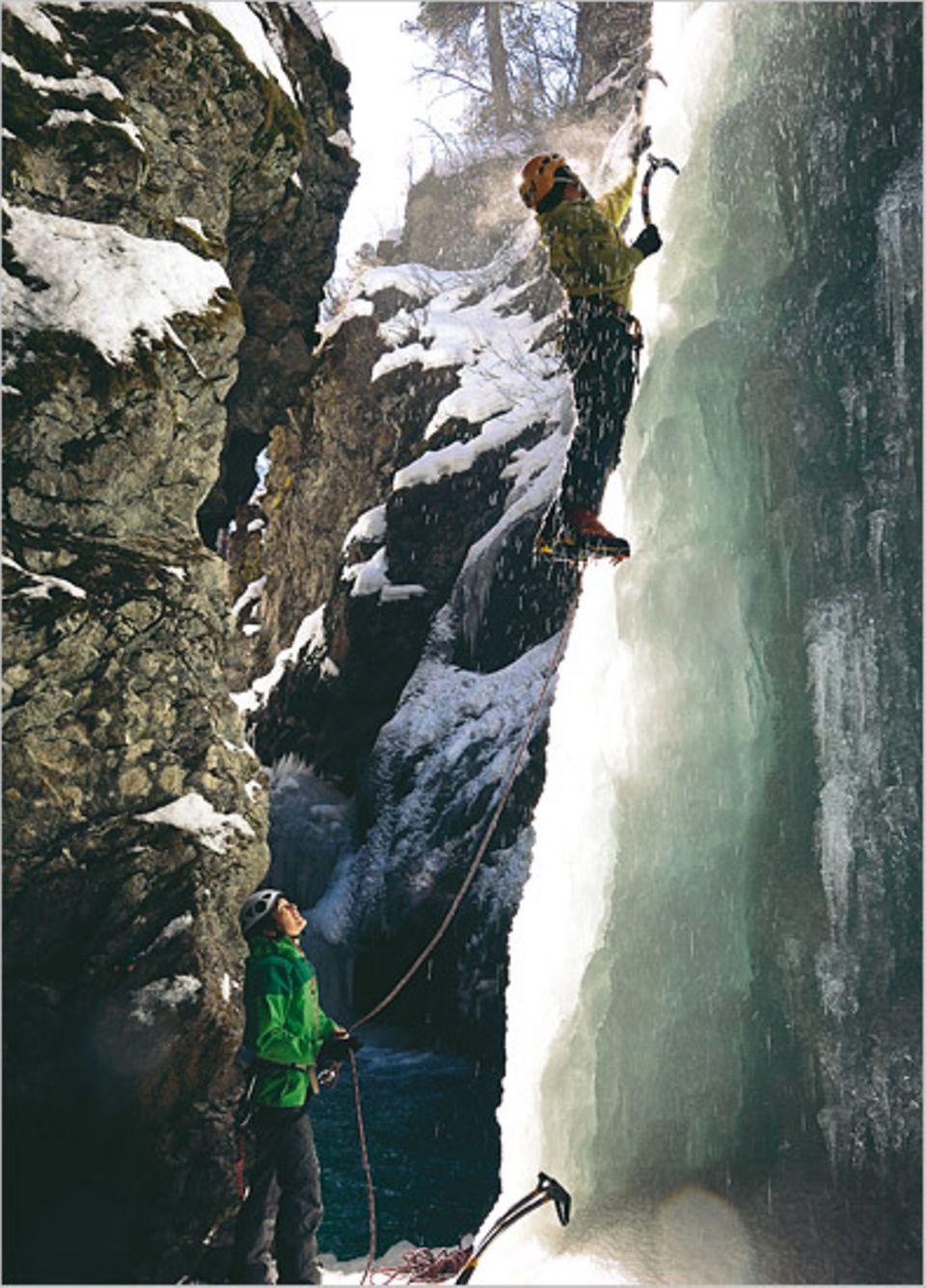 Schmelzwasser und gleißendes Licht: Autorin Carola Feddersen erkundet zusammen mit Bergführer Chris Semmler den gefrorenen Wasserfall in Pontresina