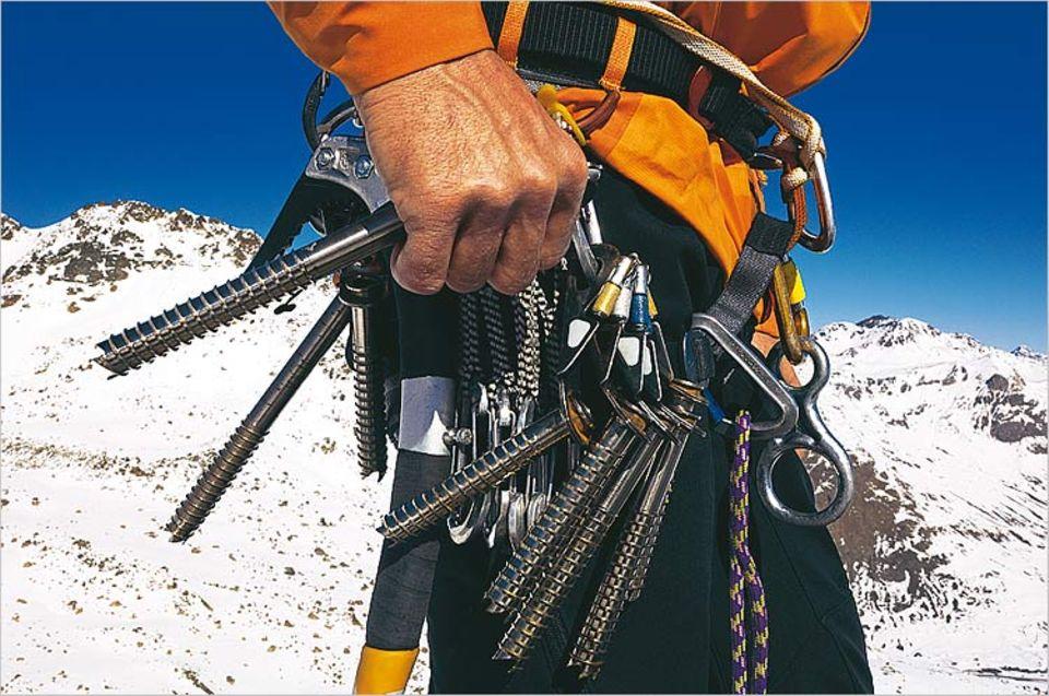 Schwermetall: Am Gurt hängen Karabiner und Schrauben fürs Eis