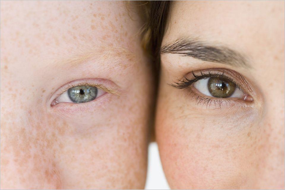 Unsere Späh-Organe sind gut geschützt: Wimpern halten Staub fern. Und ein Reflex lässt die Lider zuklappen, sobald etwa eine Mücke zu nahe kommt