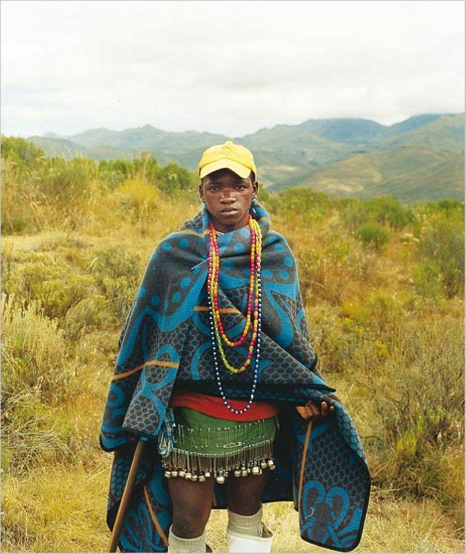 Der junge Ketisi, dem die Reisenden begegnen, hat zu seiner Beschneidung eine neue Decke, Ketten und Glöckchen geschenkt bekommen
