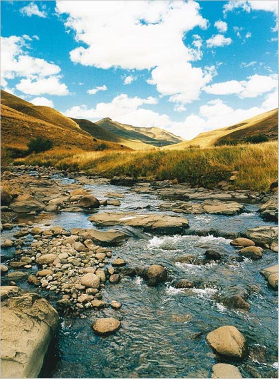 Der Fluss Sehonkong im Schatten der Nachmittagssonne. Wasser gehört, wenn der Regen fällt, zu den wenigen Reichtümern Lesothos