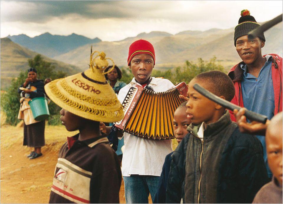Junge Musikanten aus Ramabanta vor ihrem Auftritt. In der gleichnamigen Lodge spielen sie für Besucher