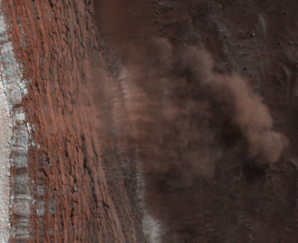 Rechts ist die Staubwolke gut zu sehen, die die Lawine aufgewirbelt hat