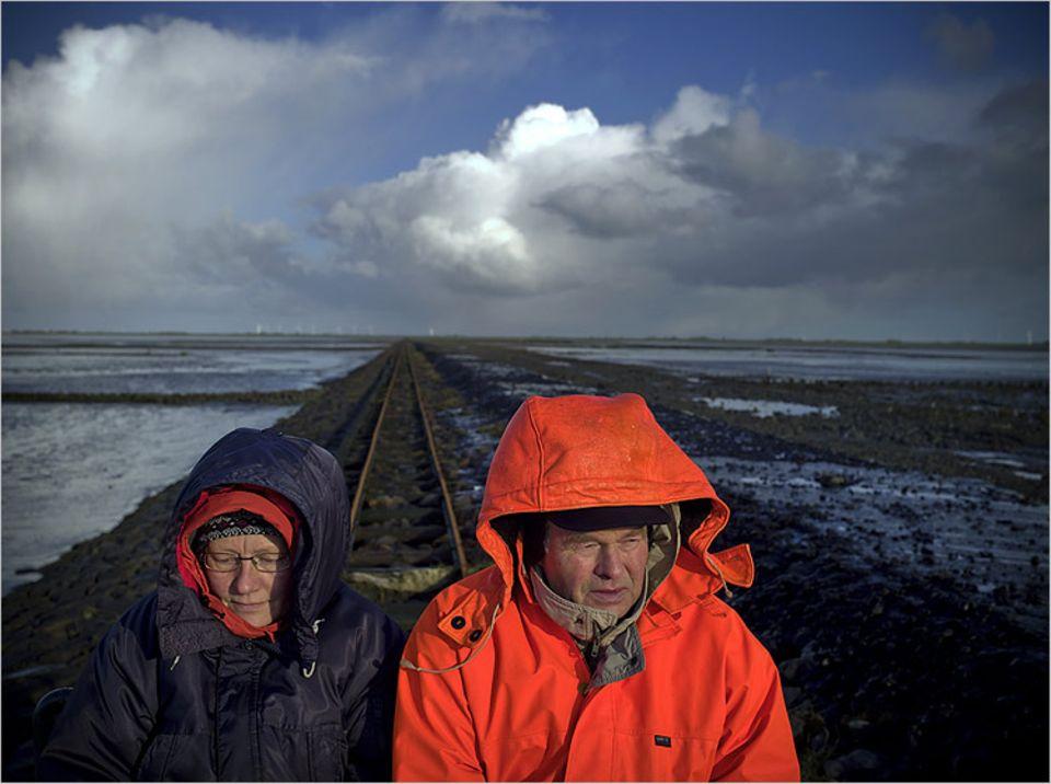 Bürgermeister Boy Peter Andresen und seine Frau Heinke auf dem Heimweg nach Oland. Vom Festland führt ein fünf Kilometer langer Lorendamm zur Hallig. 15 Minuten dauert die Fahrt