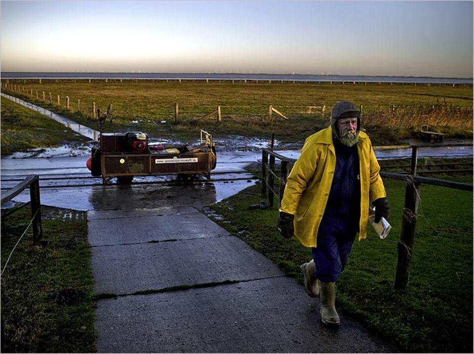 Postbote Fiede Nissen bringt seit 31 Jahren Briefe in seiner selbst gebauten Lore nach Oland