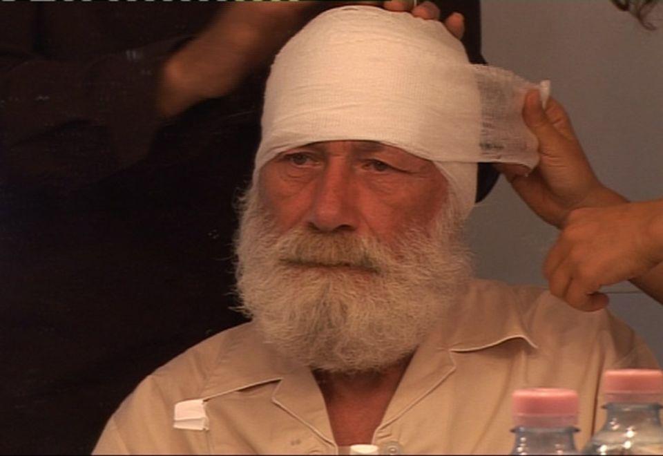 Der Komparse Angelo Amoretti muss mit einem Kopfverband verkleidet werden, damit man ihn nicht erkennt, wenn er als Patient durchs Bild läuft. Er hat schon einmal in dem Arztfilm mitgespielt – als Leiche