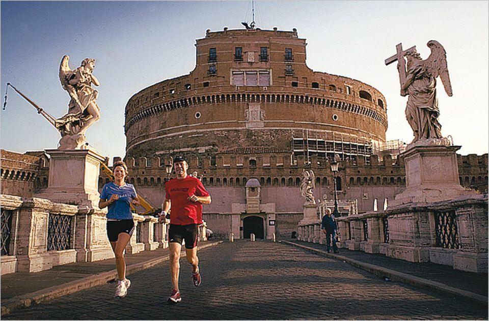 GEO SAISON-Reporterin Stéphanie Souron joggt mit ihrem persönlichen Trainer durch das morgendliche Rom