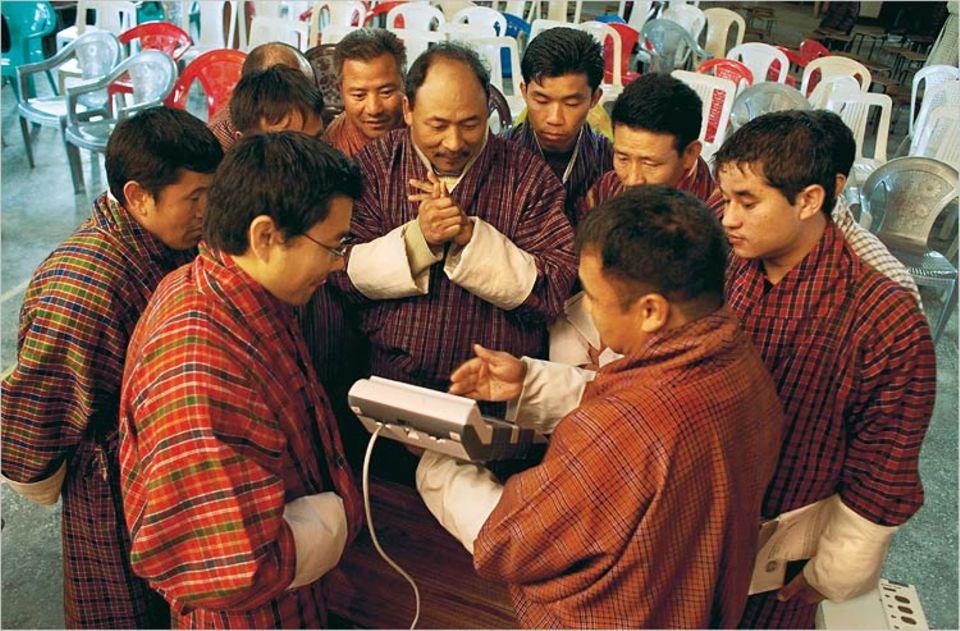 Moderne Wundermaschinen: Die Bhutaner füllen keine Stimmzettel aus, sondern wählen mit elektronischen Zählgeräten