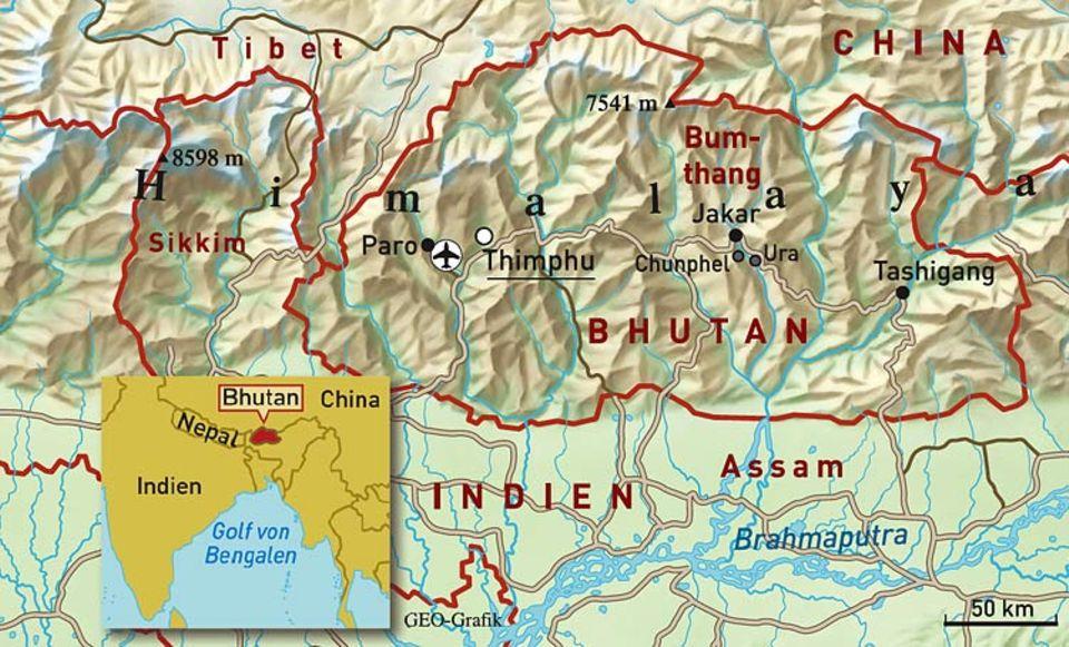 """Druk Yul, das """"Land des Donnerdrachen"""", wie die Bhutaner ihr Königreich nennen, befindet sich an der Südseite der Himalaya-Kette und grenzt an China und Indien. Rund 700.000 Menschen leben meist verstreut in Hochtälern auf einer Fläche, kaum größer als die Schweiz"""