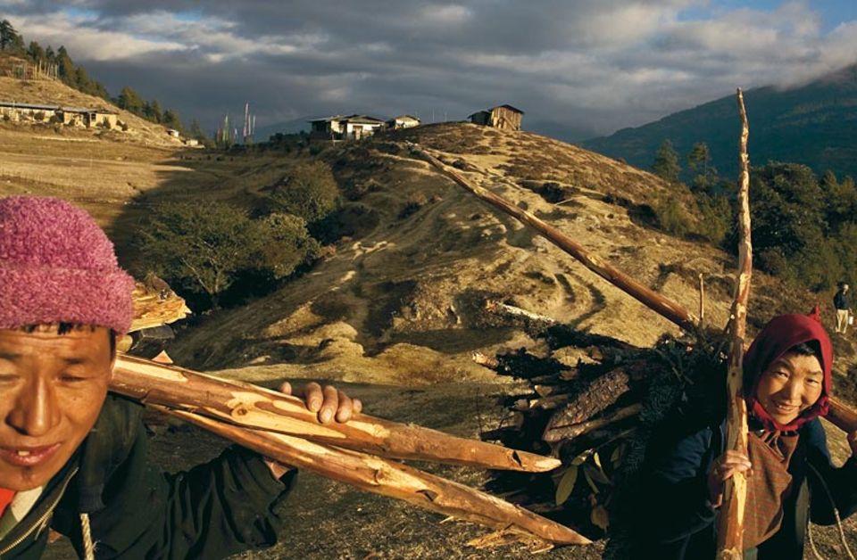Im Vorgebirge, auf 3000 Metern, stehen die Häuser des Dorfes Chunphel. Die Bauern geben ihre Stimme in der weiß getünchten Schule ab