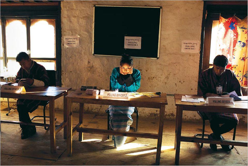 Demokratie ist manchmal langweilig: Choni, Wahlhelferin Nr. 2, wartet auf Wähler. Ihre Aufgabe: Nach der Stimmabgabe wird sie bei den Wählern einen Fingernagel markieren, damit niemand zweimal zur Urne geht