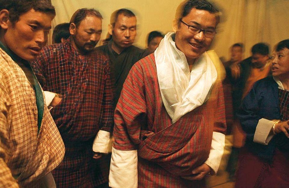 Sieg der Jugend: Die Bürger der Region Bumthang schicken den 27-jährigen Hochschulabsolventen Jurmey ins Oberhaus. In seinem Dorf wird er von Honoratioren begrüßt