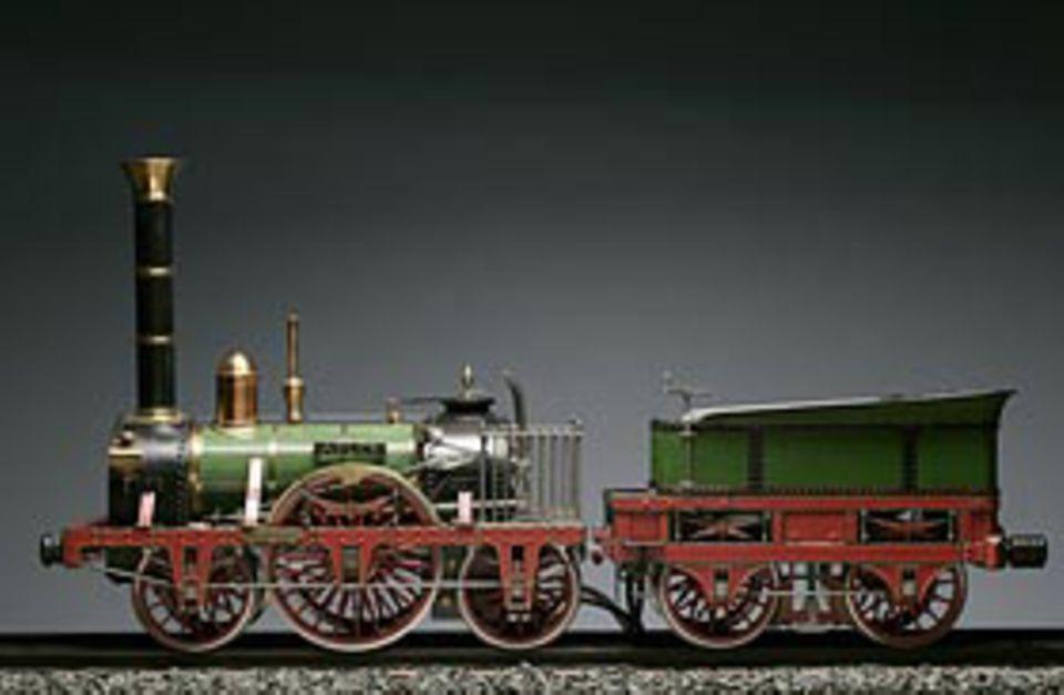 """Industrielle Revolution: Modell der """"Adler"""" mit Tender, DB Museum in Nürnberg. Die Zugmaschine für die erste deutsche Eisenbahn kam 1835 aus England – im rückständigen Deutschland gab es kein Unternehmen, das Lokomotiven bauen konnte"""