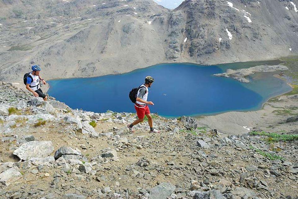 Mountainrunning: Das bergige Gelaende durchqueren die Teams im Laufschritt