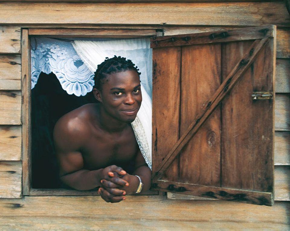 Das Fenster zum Dschungel: Ein Marron hat sich im Urwalddorf Misaboo häuslich eingerichtet und freut sich über dei Abwechslung durch unsere Stippvisite