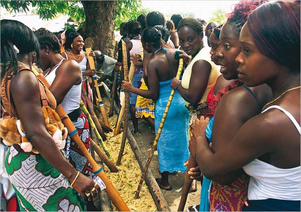 Rum und Ehre: Die Frauen von Drietabbetje stampfen Zuckerrohr für das puu Baaka-Fest. Der Saft wird später zu Rum vergoren und zur Feier getrunken, die das Ende der Trauerzeit für die kürzlich Verstorbenen markiert