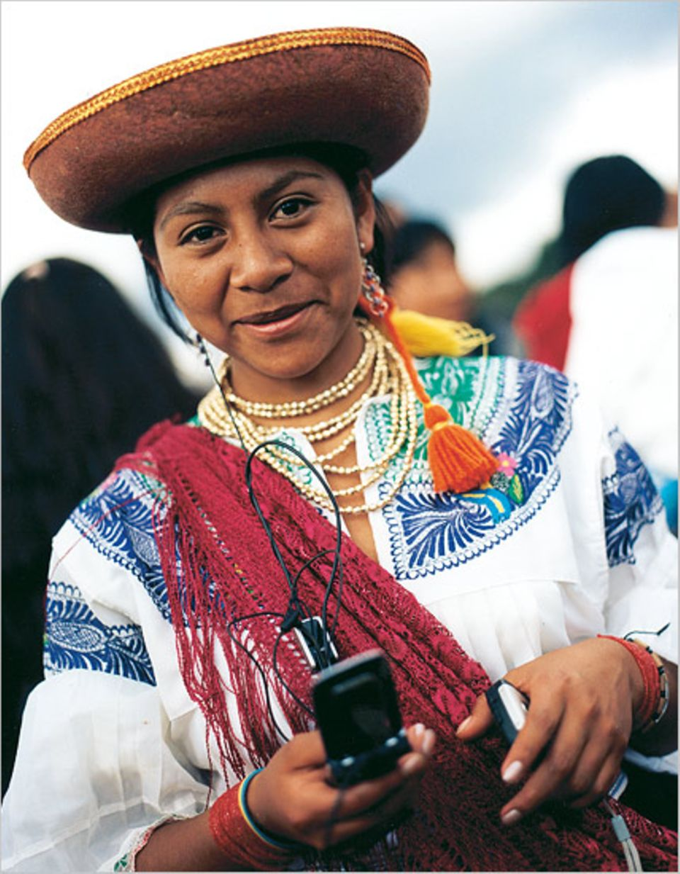 InCayambe leben Kichwa-Indianer, die lässig Tracht und Telekommunikation vereinen