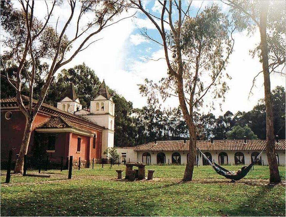 Hängemattenpause vor der Kirche und Gäste-Hacienda Guachala
