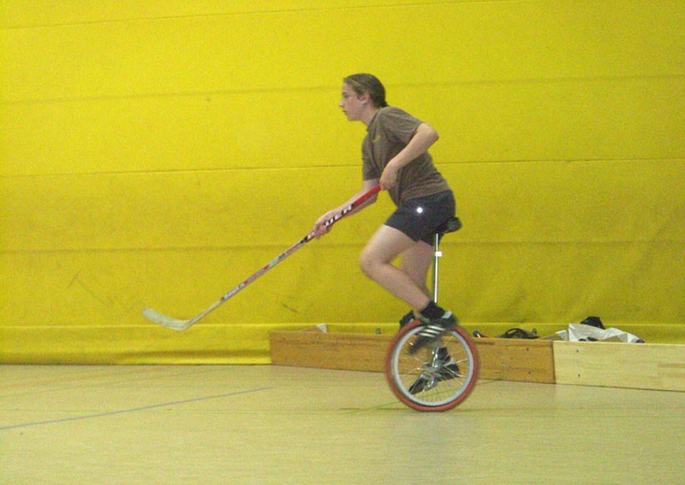 Emil bei seinem Lieblingssport. Lest auf Seite 2, was er euch empfiehlt, wenn ihr selbst Einradhockey spielen wollt