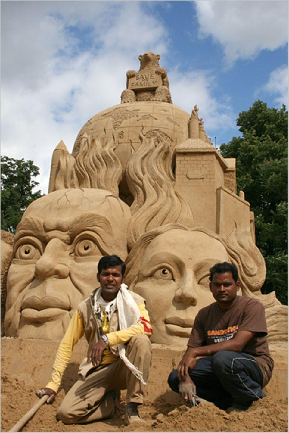 """Mit der Skulptur """"Global Warming"""" ist das indische Team in Berlin Weltmeister in der Doppeldisziplin des United Sand Festivals geworden"""
