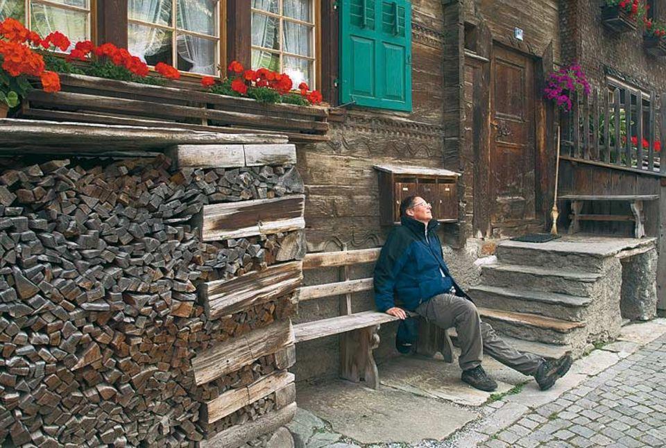 """Ermattet: Widmer freut sich über das ausgeprägte Bankwesen in Vals. """"Strapaze, Strapaze, Strapaze"""", notiert er am Ende der Etappe"""