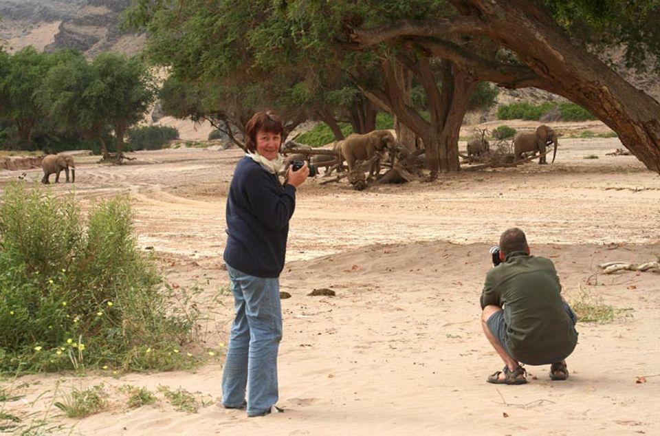 Thorsten Milse demonstriert, wie man mit der Kamera umgeht