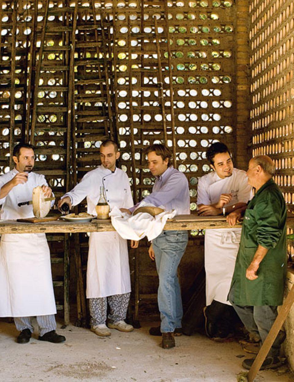 Herzhaftes Herbstvergnügen: Marco Gubbiotti (li.) und sein Team probieren das frisch gepresste Olivenöl von marco Viola (re.)