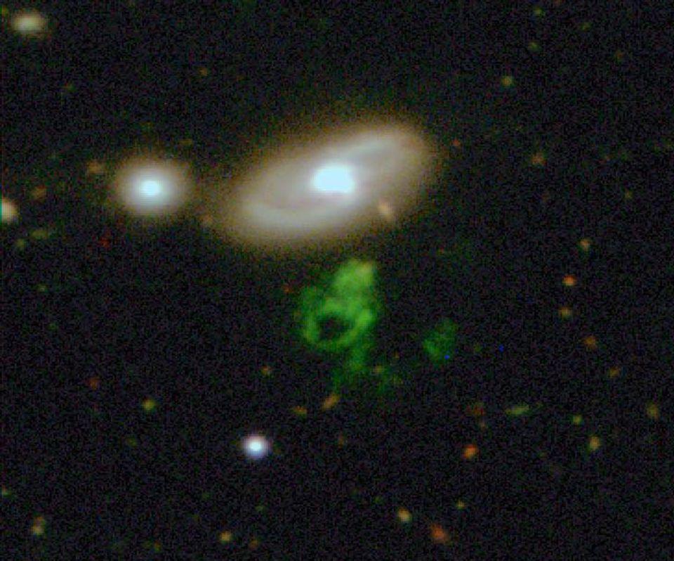 """Galaxy Zoo: Hannys Voorwerp"""", das grüne Objekt unter der Spiralgalaxie IC 2497, versetzte Astronomen in aller Welt in Erstaunen. Die Aufnahme gelang mit dem Isaac-Newton-Teleskop auf der Kanareninsel La Palma"""