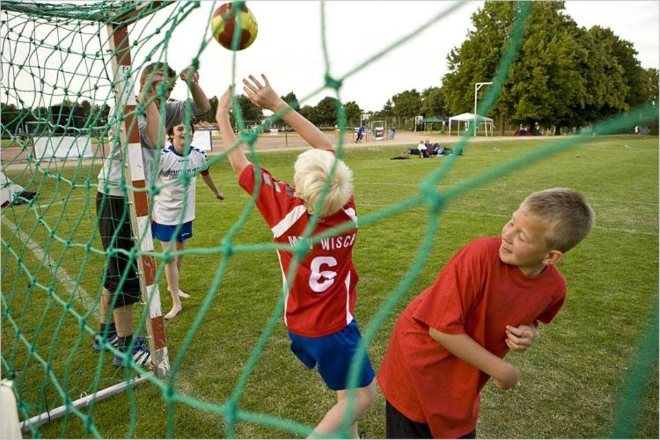 Abends, nach den Vorrundenspielen, zeigen die Spieler vom MTV Wisch: Mit ihrem Handball können sie auch prima Volleyball spielen