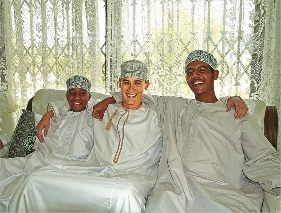 Deutsch-omanische Freundschaft: Tamás (Mitte) und seine Gastbrüder