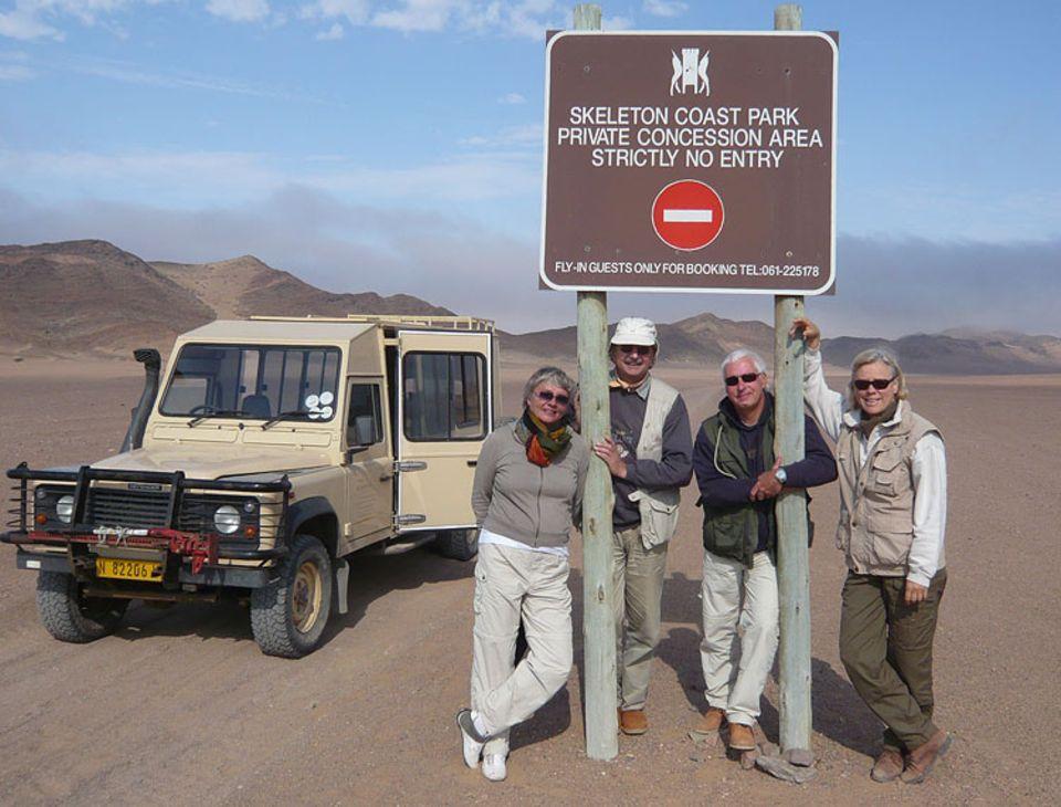 An alles gedacht: an Sonnebrille, Halstuch, Hut und Khaki-Weste mit vielen Taschen. Afrika-Fan Jürgen Althans (2.v.l.) während einem seiner unzähligen Namibia-Aufenthalte